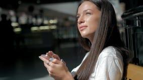 La brune de femme avec le téléphone souriant, se ferment  Jeune heureux professionnel de femme d'affaires Belle brune multi-ethni Image libre de droits