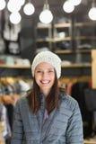 La brune de sourire avec l'hiver vêtx regarder l'appareil-photo Photographie stock libre de droits
