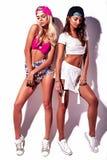 La brune et les modèles blonds dans le rnb dénomment des vêtements Photo libre de droits
