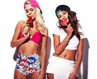 La brune et les modèles blonds dans le rnb dénomment des vêtements Image stock