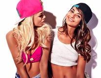 La brune et les modèles blonds dans le rnb dénomment des vêtements Images libres de droits
