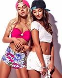 La brune et les modèles blonds dans le rnb dénomment des vêtements Images stock