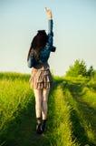 La brune marche sur un pré vert Images libres de droits