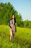 La brune marche sur un pré vert Photographie stock libre de droits
