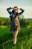 La brune marche sur un pré vert Photo libre de droits