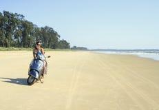 La brune monte sur une plage abandonnée le long de l'océan au mot Photo stock