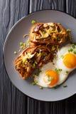 La bruschette avec les champignons de shiitaké et le fromage de cheddar a servi avec le plan rapproché d'oeufs au plat Le petit d image stock