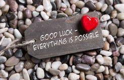 La buena suerte y todo es posibles: tarjeta de felicitación con hea rojo Imagen de archivo libre de regalías
