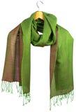 La bufanda de seda de las mujeres de color verde amarillo en la suspensión fotografía de archivo libre de regalías
