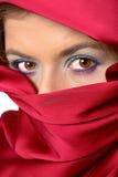 La bufanda roja cubrió a la mujer imagenes de archivo
