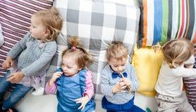 La bugia dei bambini sui cuscini fotografia stock libera da diritti