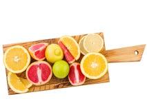 La bugia di frutti tropicali su un bordo di legno su un bianco ha isolato il fondo Vista da sopra Fotografia Stock Libera da Diritti