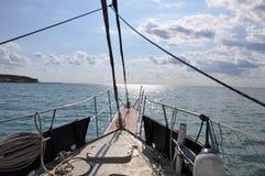 La Bulgarie, croisant à une autre île sur un yacht photos stock