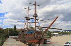La Bulgarie : Restaurant de bateau à la plage de Varna Image stock