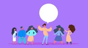 La bulle occasionnelle de causerie de groupe de personnes équipent ensemble le fond violet hommes-femmes de poses de diversité de illustration libre de droits