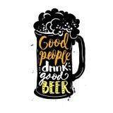 La buona gente beve la buona birra Tazza con la composizione creativa nell'iscrizione della schiuma su fondo approssimativo Fotografia Stock Libera da Diritti