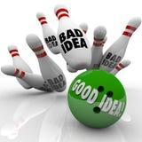 La buona idea batte i perni notevoli della cattiva palla da bowling Immagini Stock