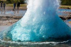 La burbuja de ebullici?n de los azules turquesa del g?iser de Strokkur antes de la erupci?n C?rculo del oro islandia foto de archivo libre de regalías