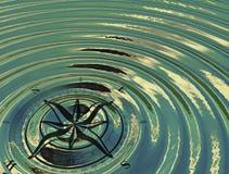 La bussola (rosa dei venti) nell'acqua Fotografia Stock Libera da Diritti