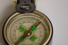 La bussola uno strumento importante una volta da traversare, indica il modo, la direzione avrebbe bisogno di una bussola per vita fotografia stock