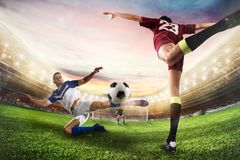 La butée du football frappe la boule avec un coup-de-pied acrobatique rendu 3d Photo stock