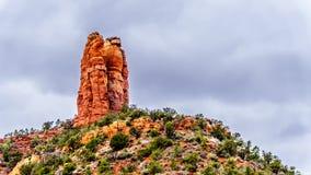 La butte grande de grès a appelé Chimney Rock à la ville de Sedona en Arizona du nord photo stock