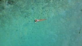 La cámara aérea del abejón es descendente a la isla tropical con la playa blanca de la arena y al centro turístico con las sombra almacen de video