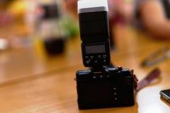 La cámara ató la luz del flash con la cubierta de caja suave en fondo del partido de la tabla fotografía de archivo libre de regalías