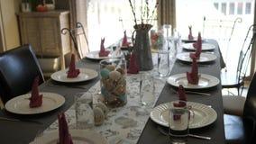 La cámara critica abajo de la tabla decorativa del comedor fijada para una cena de Pascua