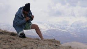 La cámara de la acción de los sistemas del viajero para toma las imágenes del paisaje de los mouintains metrajes