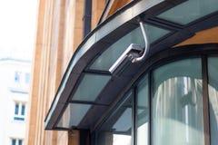 La cámara de seguridad en la ubicación en una cámara de vigilancia video constructiva moderna está mirando imagen de archivo