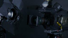 La cámara de vídeo del videocámara, y el estudio profesional se enciende en un estudio de difusión metrajes