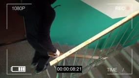 La cámara de vigilancia cogió al ladrón en una máscara con una palanca almacen de metraje de vídeo