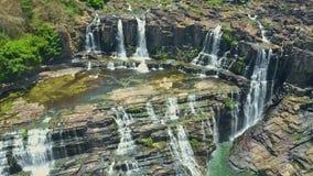 La cámara del abejón baja al círculo ancho de la cascada de las cascadas