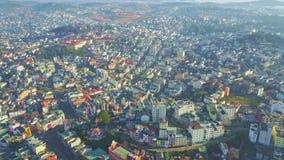La cámara del abejón muestra la ciudad hermosa situada en las colinas verdes