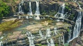 La cámara del abejón muestra las cascadas que fluyen de los acantilados