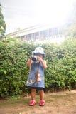 La cámara del niño toma a fotografía de la foto el niño joven del fotógrafo que toma las fotos con la cámara Imagen de archivo