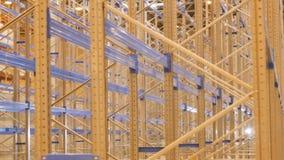 La cámara del primer gira alrededor de los estantes instalados en Warehouse almacen de video