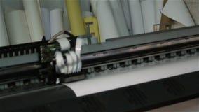 La cámara del primer muestra la impresora con la cabeza de impresión de funcionamiento almacen de metraje de vídeo