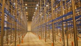 La cámara del primer se mueve entre los estantes montados en Warehouse almacen de metraje de vídeo