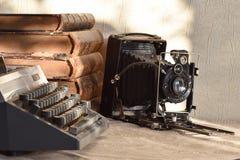 La cámara del viejo abuelo, libros del vintage y máquina de escribir retra imagenes de archivo