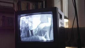 La cámara dinámica muestra a centelleo la pantalla de antaño de la TV con el canto del hombre joven en ella almacen de metraje de vídeo