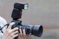 La cámara en manos Foto de archivo