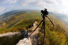 La cámara está en un trípode encima de la montaña, lente de fisheye Imagenes de archivo