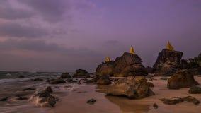 La cámara lenta agita en la playa arenosa tropical cerca de sorprender pagodas budistas Myanmar (Birmania) almacen de video