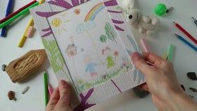 La cámara lenta de dibujo de los niños de la visión de la mujer adulta almacen de video