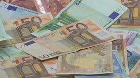 La cámara lenta de euros está bajando Billetes de banco de diversos valores Efectivo euro almacen de video