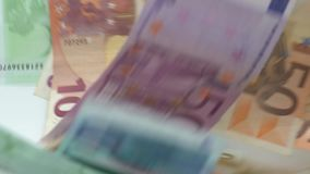 La cámara lenta de euros está volando y está bajando Diversos valores de los billetes de banco euro metrajes