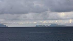 La cámara lenta de las gaviotas comunes que vuelan en el mediterráneo considera Islade Capri metrajes