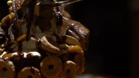 La cámara lenta de la mano usando la cuchara que comía a Frappe azotó la crema con el chocolate almacen de metraje de vídeo
